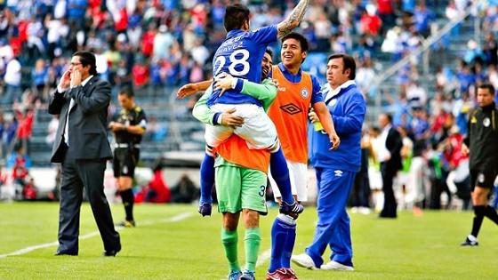 Cruz Azul Vence 2-1 a Pumas y Consolida su Liderato en el Clausura 2014