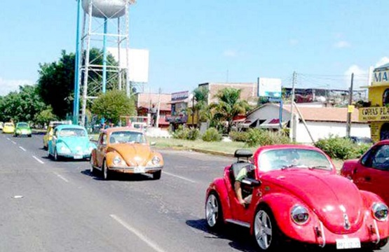 Desfilan 'Vochos' por Avenidas de Morelia
