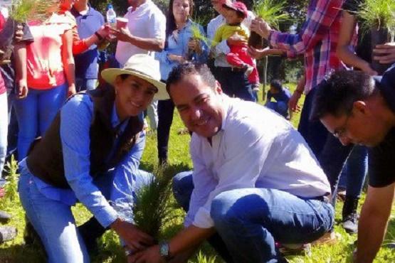 Participa Carlos Herrera en Actividades de Reforestación