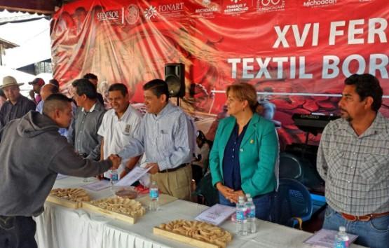 Mueble Rústico y Textil Bordado Engalanan la Feria de Pichátaro