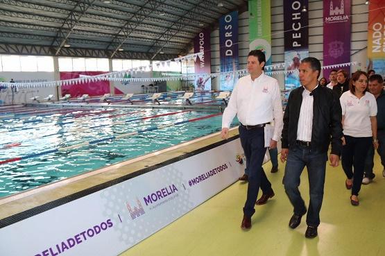 Supervisa Alfonso Martínez Avances en Construcción de Alberca Morelos Indeco