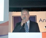 Gobernador Dejó Vestidos a los Coahuayanenses: Edil