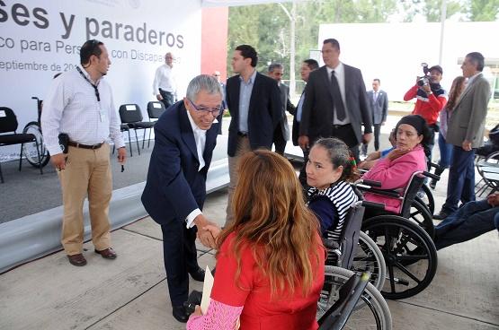 Michoacán Avanza en Cultura de la Discapacidad, Entrega Gobernador Vehículos Especializados y Paraderos