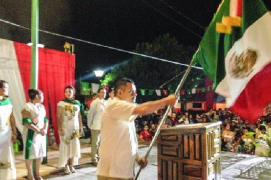En Carácuaro Walter Gómez Gutiérrez Ondeo la Bandera Recordando a Hidalgo