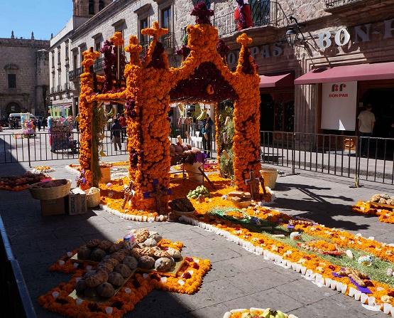 Ayuntamiento de Morelia Conserva Tradiciones con Colocación de Altar Monumental