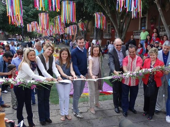 Ayuntamiento de Morelia participa en inauguración de tapetes florales de Patamban