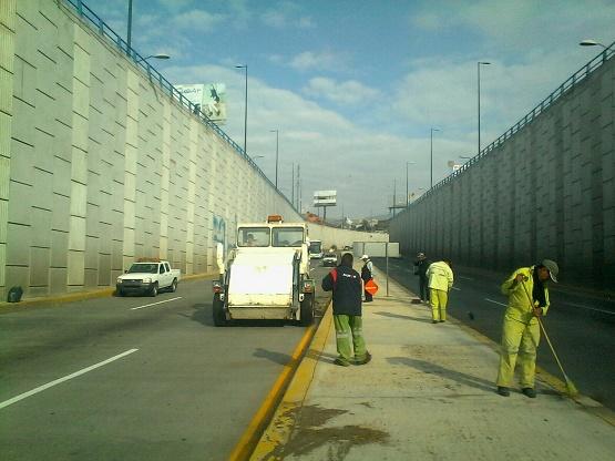 Brigadas de Aseo Público Limpian Distribuidores Viales en Salida Quiroga