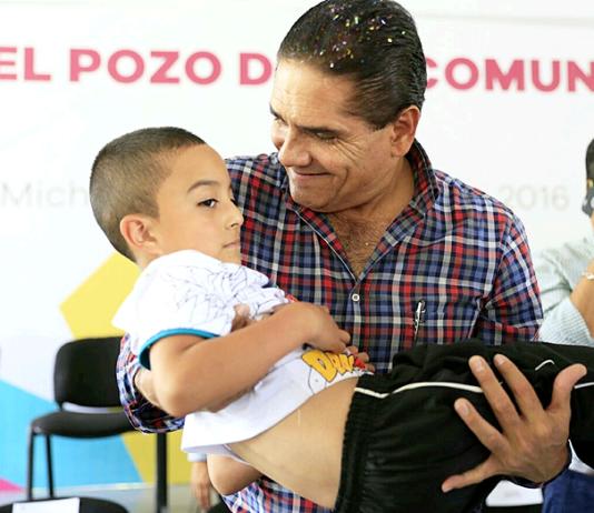 Silvano-Aureoles-Cargando-Niños